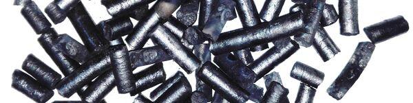 Thin cylinders of sludge (pelleted, torrefied sewage sludge)